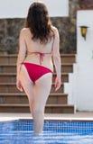 Kobieta w bikini pobliskim basenie fotografia stock