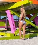 Kobieta w bikini przy Miami plażą Obrazy Stock