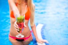Kobieta w bikini ręce z koktajlu szkła truskawkowym mojito blisko Obraz Royalty Free