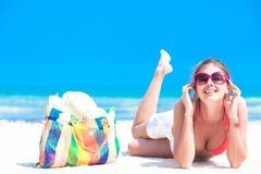 Kobieta w bikini z plażową torbą cieszy się ona zdjęcie royalty free