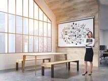 Kobieta w biurowej bakłaszce z plakatem Obraz Stock
