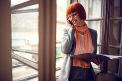 Kobieta w biurowych ułożeń spotkaniach w biurze Obraz Royalty Free