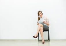 Kobieta w biurowym stroju czekaniu na krześle obraz royalty free