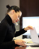 Kobieta w biurze Zdjęcia Stock