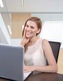 Kobieta w biurze Zdjęcia Royalty Free