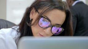 Kobieta w biurze myśleć pomysł na tle biznesowy spotkanie zbiory