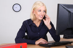 Kobieta w biurze na telefonie Obraz Stock