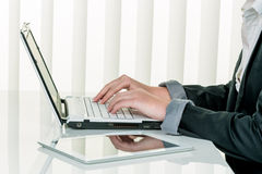 Kobieta w biurze z laptopu com Obraz Royalty Free