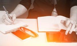 Kobieta w biznesów ubraniach pisze w notatniku, Obraz Royalty Free