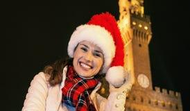 Kobieta w Bożenarodzeniowym kapeluszu blisko Palazzo Vecchio w Florencja, Włochy Obrazy Stock