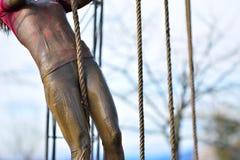 Kobieta w brudnej sportswear wspinaczce arkana Obrazy Royalty Free