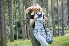 Kobieta w cajgach w parku Zdjęcia Royalty Free