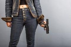 Kobieta w cajgach trzyma pistolet Obraz Stock