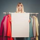 Kobieta w centrum handlowe garderobie z pustym sztandaru copyspace Fotografia Royalty Free