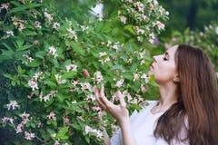 Kobieta wącha kwiat banksi Fotografia Royalty Free