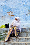 Kobieta w Chefchaouen, Maroko Obrazy Royalty Free
