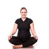 Kobieta w ciąży ćwiczy na bielu Obraz Stock