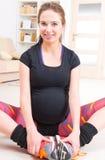 Kobieta w ciąży ćwiczy w domu Obrazy Royalty Free