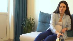 Kobieta w ciąży bierze pigułkę zbiory