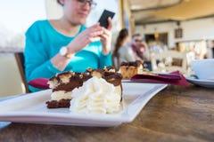 Kobieta w ciąży bierze zdjęcie wyśmienicie tort Fotografia Royalty Free