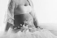 Kobieta w ciąży brzuch z kwiatami lilly zdjęcia royalty free