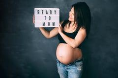 Kobieta w ciąży cieszy się życie, ono uśmiecha się i pozuje dla kamery z dużym brzuchem, Zdjęcie Stock