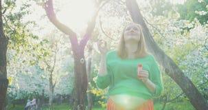 Kobieta W Ciąży Dmucha Mydlanych bąble zdjęcie wideo