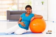 Kobieta w ciąży dom Obrazy Royalty Free