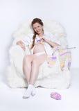 Kobieta w ciąży dzianie Obraz Royalty Free
