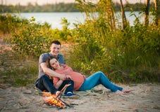 Kobieta w ciąży i jej mąż rodzina Zdjęcia Royalty Free