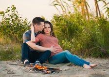 Kobieta w ciąży i jej mąż rodzina Obrazy Royalty Free