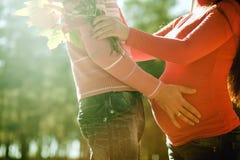 Kobieta w ciąży i mężczyzna relaksujemy outdoors obrazy royalty free