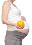 Kobieta w ciąży i pomarańcze Zdjęcie Royalty Free