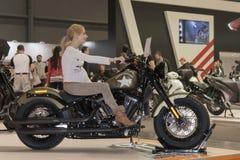 Kobieta w ciąży jako gość próbuje siedzieć na motocyklu Harley d Zdjęcie Royalty Free