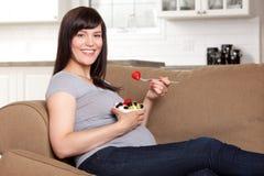 Kobieta W Ciąży Je Zdrową przekąskę Zdjęcia Royalty Free