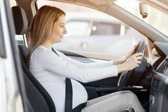 Kobieta w ciąży jedzie jej samochód zdjęcie royalty free