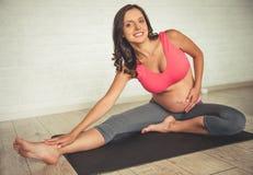 kobieta w ciąży, jogi Zdjęcia Royalty Free