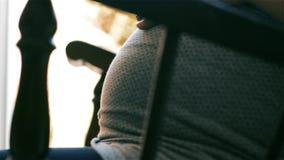 Kobieta W Ciąży W Kołysać krzesła mienia brzucha zbiory wideo
