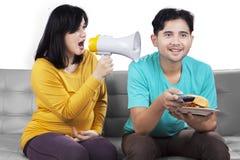 Kobieta w ciąży krzyczy przy jej mężem zdjęcie royalty free
