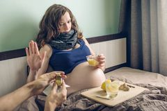 Kobieta w ciąży lying on the beach w łóżkowej chorobie z zimnami i grypą Kobieta odmawia lekarstwo w pigułki formie w czułości dl zdjęcie royalty free