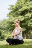 Kobieta w ciąży macierzystego brzucha joga relaksująca parkowa modlitwa Zdjęcie Royalty Free