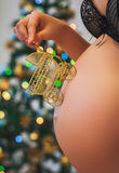 Kobieta w ciąży mienia dziecka powozik blisko jej brzucha Obrazy Stock