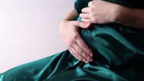 Kobieta w ciąży muska jej podbrzusze zbiory