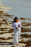 kobieta w ciąży na plaży obraz royalty free