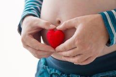Kobieta w ciąży nacieranie i macanie jej brzuch Fotografia Royalty Free