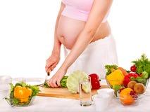 Kobieta w ciąży narządzania jedzenie. Fotografia Royalty Free