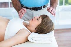 Kobieta w ciąży odpoczywa podczas gdy męski terapeuta spełniania reiki Zdjęcia Stock