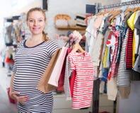 Kobieta w ciąży W pasiastej tunice z torba na zakupy obrazy stock