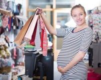 Kobieta w ciąży W pasiastej tunice z torba na zakupy obraz stock