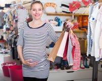 Kobieta w ciąży W pasiastej tunice z torba na zakupy obrazy royalty free